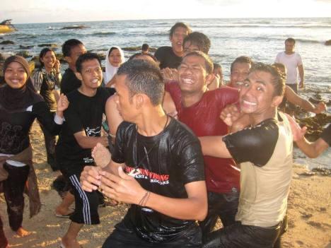 Habiskan keletihan di Pantai Ujung Karang...