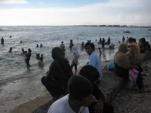 berenang di Pantai Ujung Karang aman dari ubur-ubur