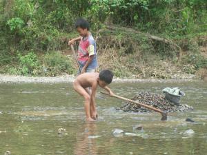 setiap sore abang beradik ini mengumpulkan batu sungai untuk bahan bangunan, seminggu mereka mendapat Rp. 20.000