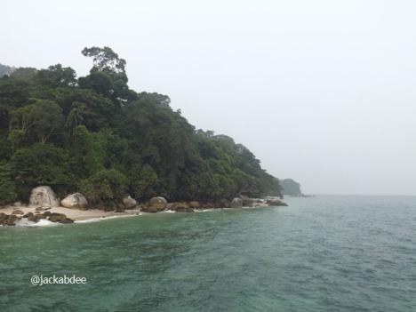 Sebenarnya pulau ini indah, tapi kamera ku tidak bisa menangkap keindahan itu, mungkin lensanya burek.